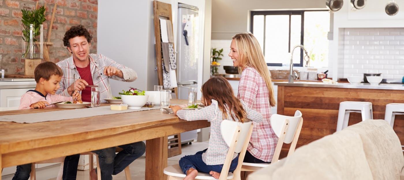 Beeld van een familie die samen gezellig van een maaltijd genieten