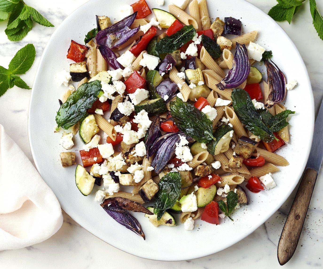 Volkoren pastasalade met gegrilde groenten, feta en gebakken munt