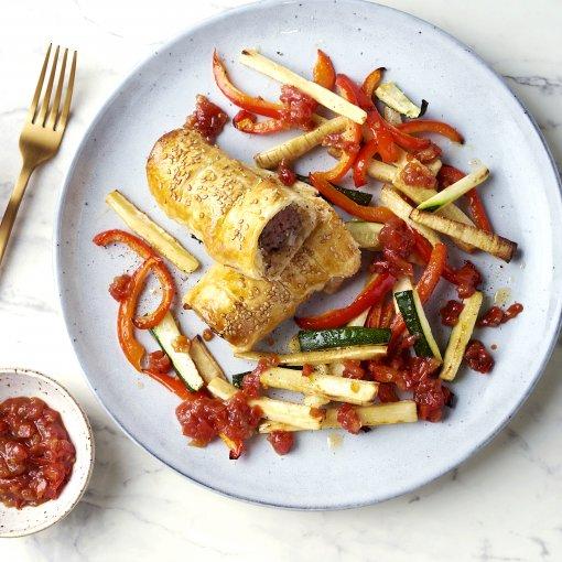 Kruidige worstenbroodjes met groentefrietjes en tomatenchutney