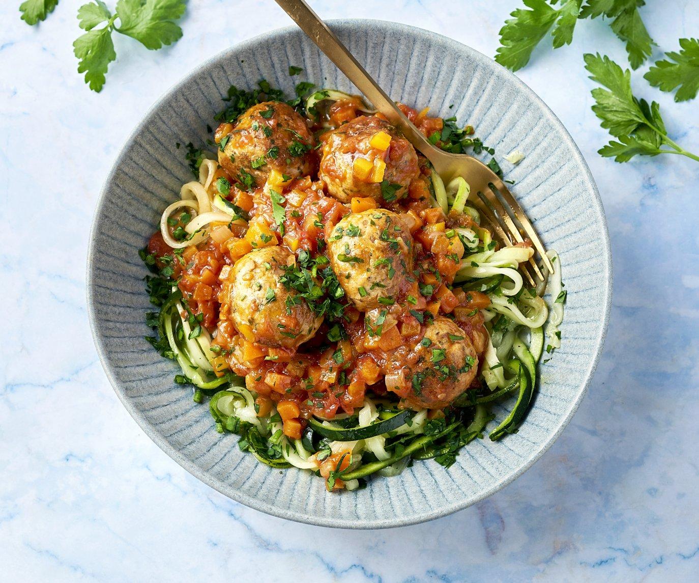Kip-parmezaanballetjes in groenten-tomatensaus met courgettespaghetti