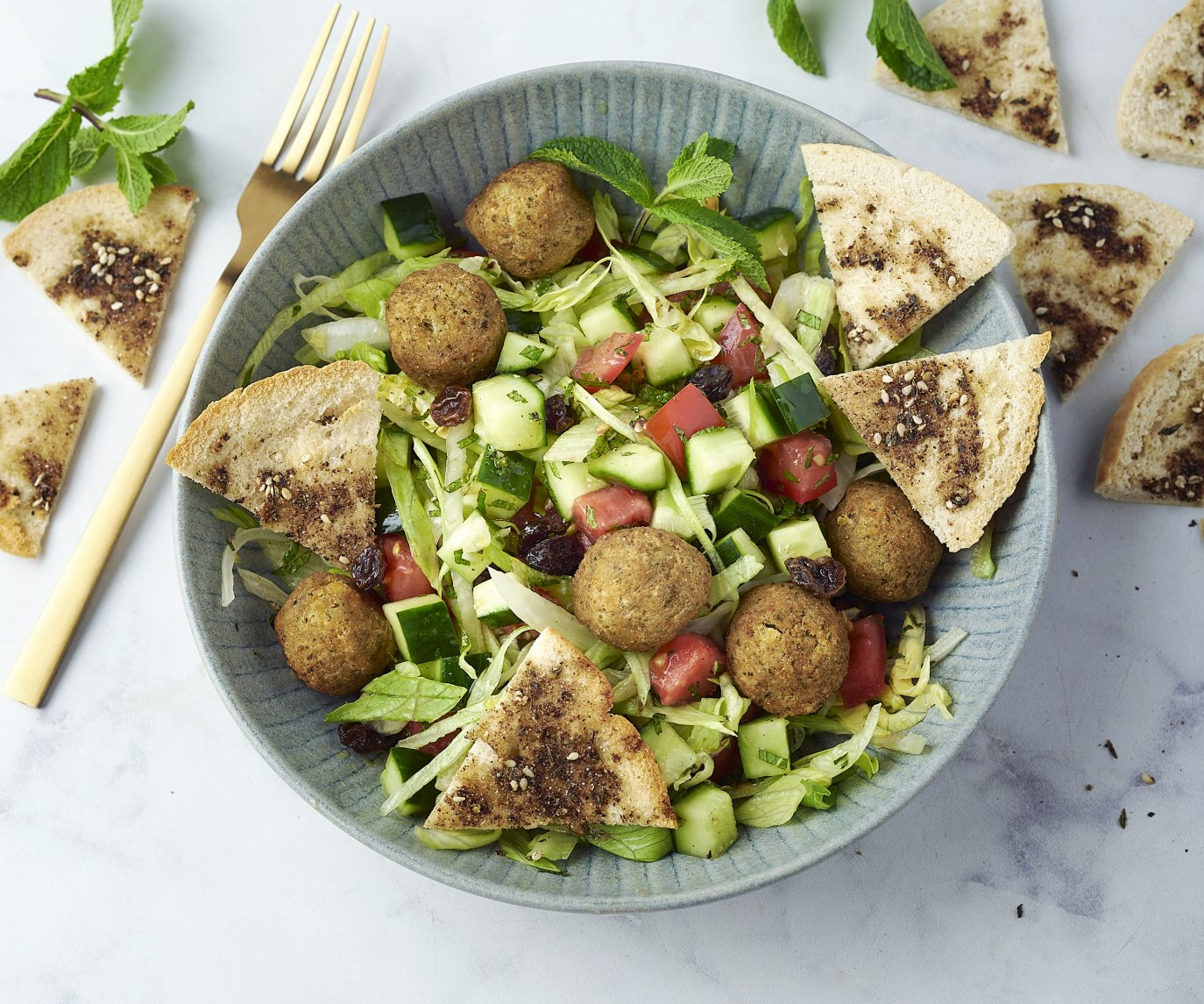 Salade fattoush met falafel