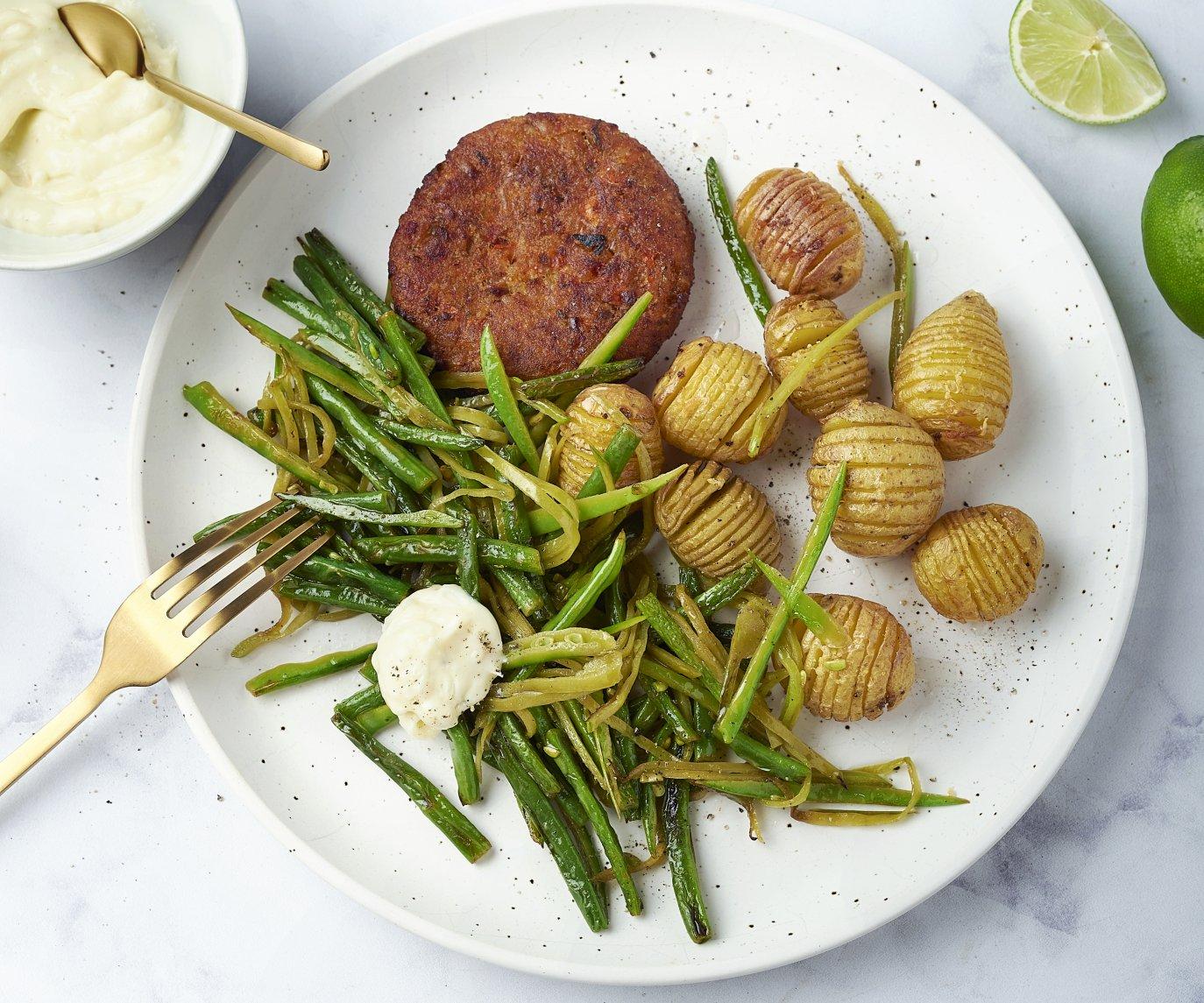 Groenteburgers met hasselback aardappelen, knapperige groene groenten en aioli