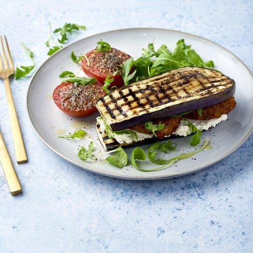 Auberginebroodje met veggieburger en gegrilde tomaat