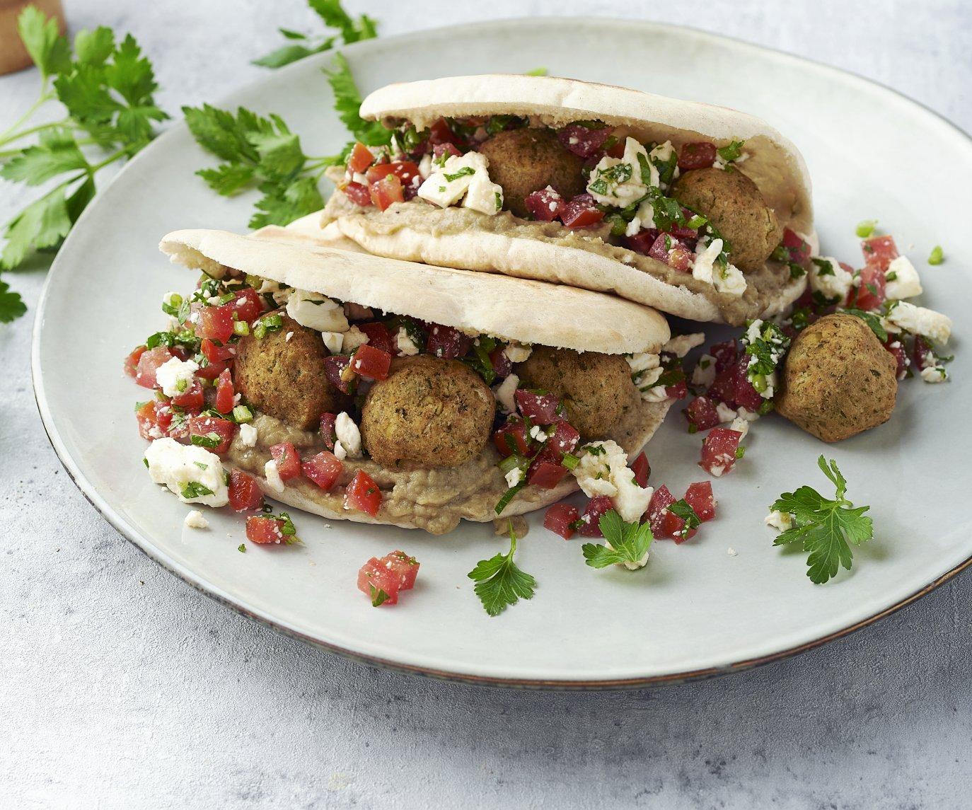 Pita met falafel, baba ganoush en feta-tomatensalade