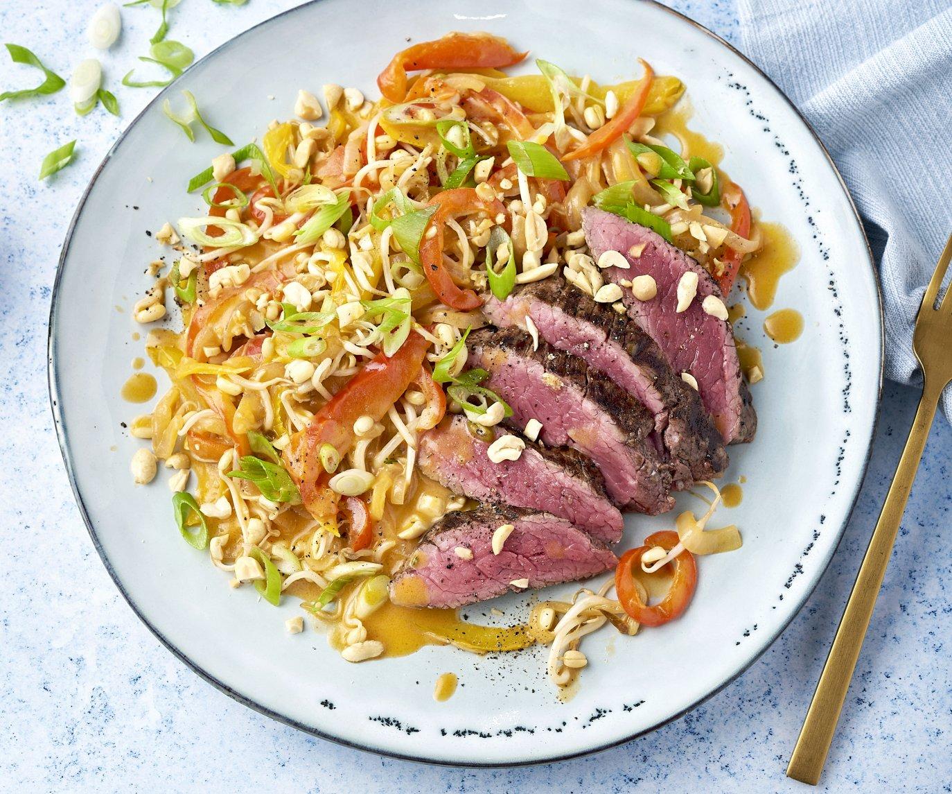 Gegrilde steak met groenten in rode curry