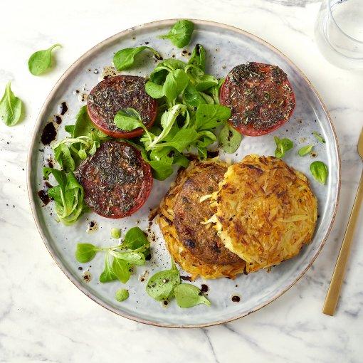 Rösti-worteltorentjes met vegan burger en Provençaalse tomaat