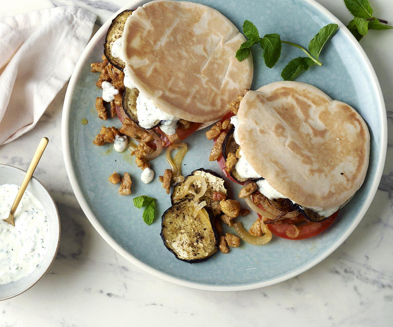 Pita's met kalkoenshoarma, geroosterde aubergine en yoghurt-muntsaus