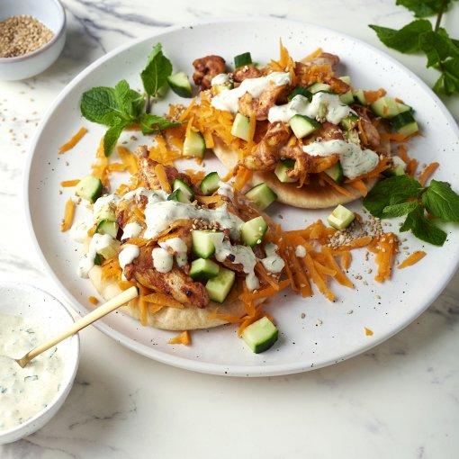 Tandoori kip met Indiase salade op pitabroodjes