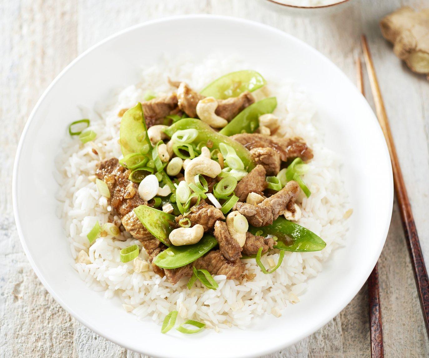 Wok van varkensvlees met peultjes en rijst