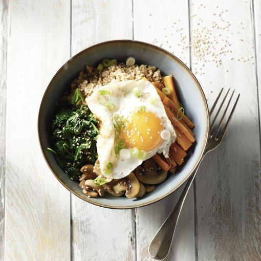 Bibimbap met quinoa en een spiegelei