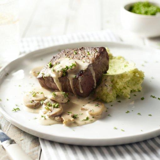 Steak met broccolipuree en champignonroomsaus