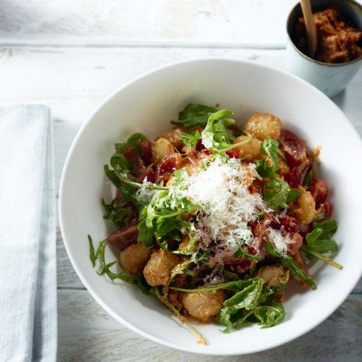 Gnocchi met rode pesto en kerstomaatjes