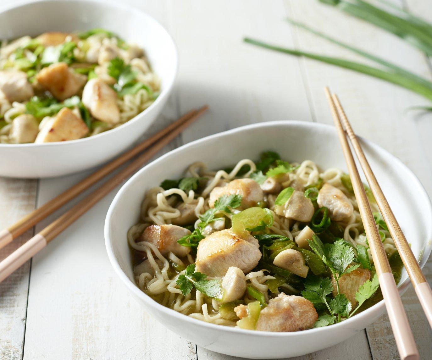 Pittige Thaise noedelsoep met kip