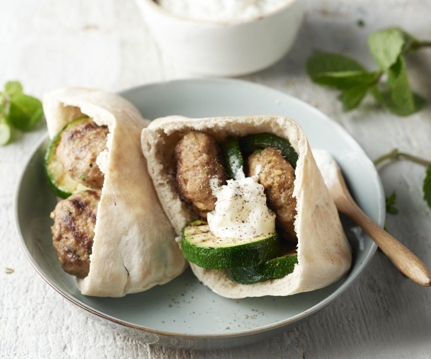 Pita's met mini-lamsburgers en gegrilde courgette