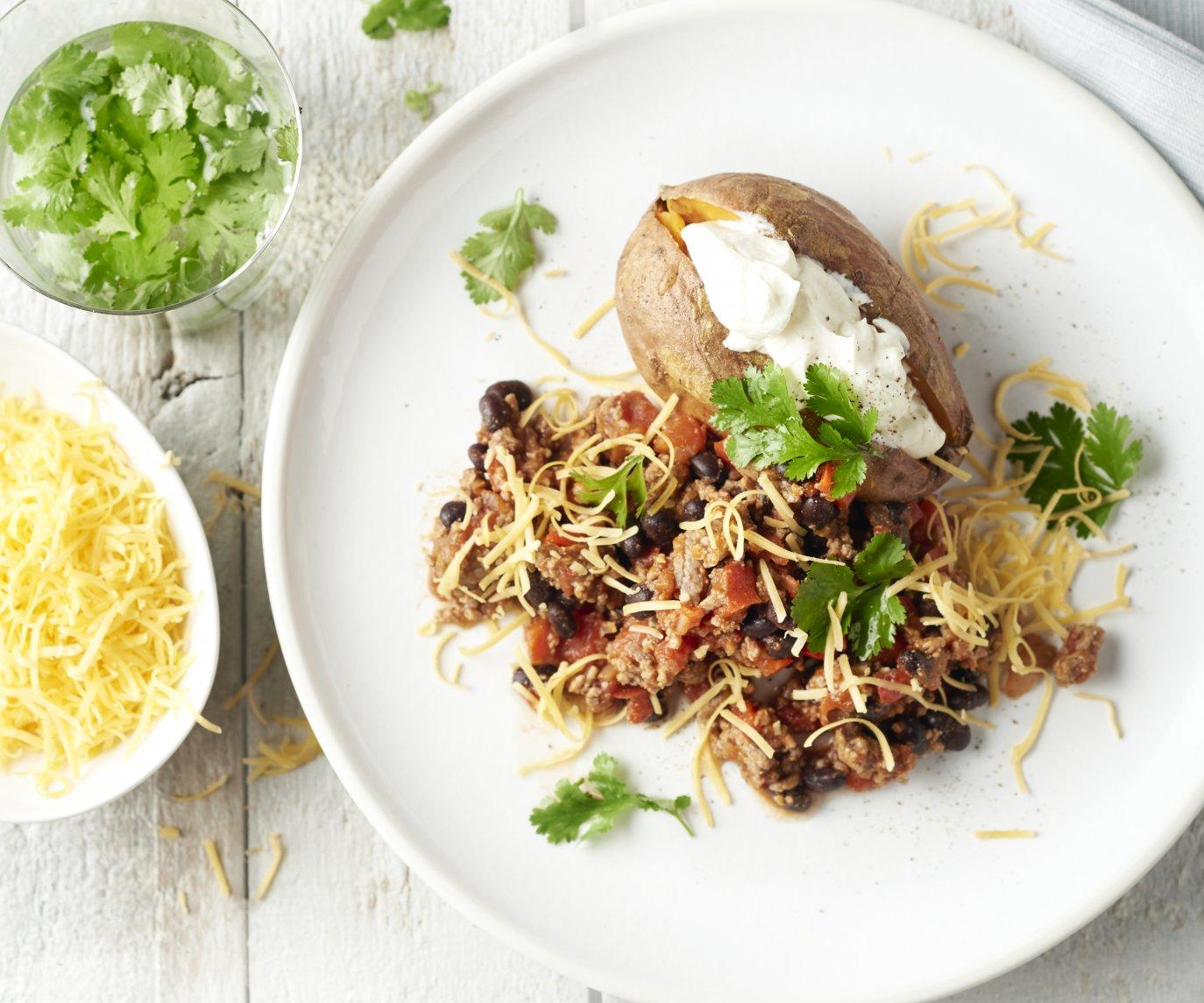 Chili con carne met gepofte zoete aardappel