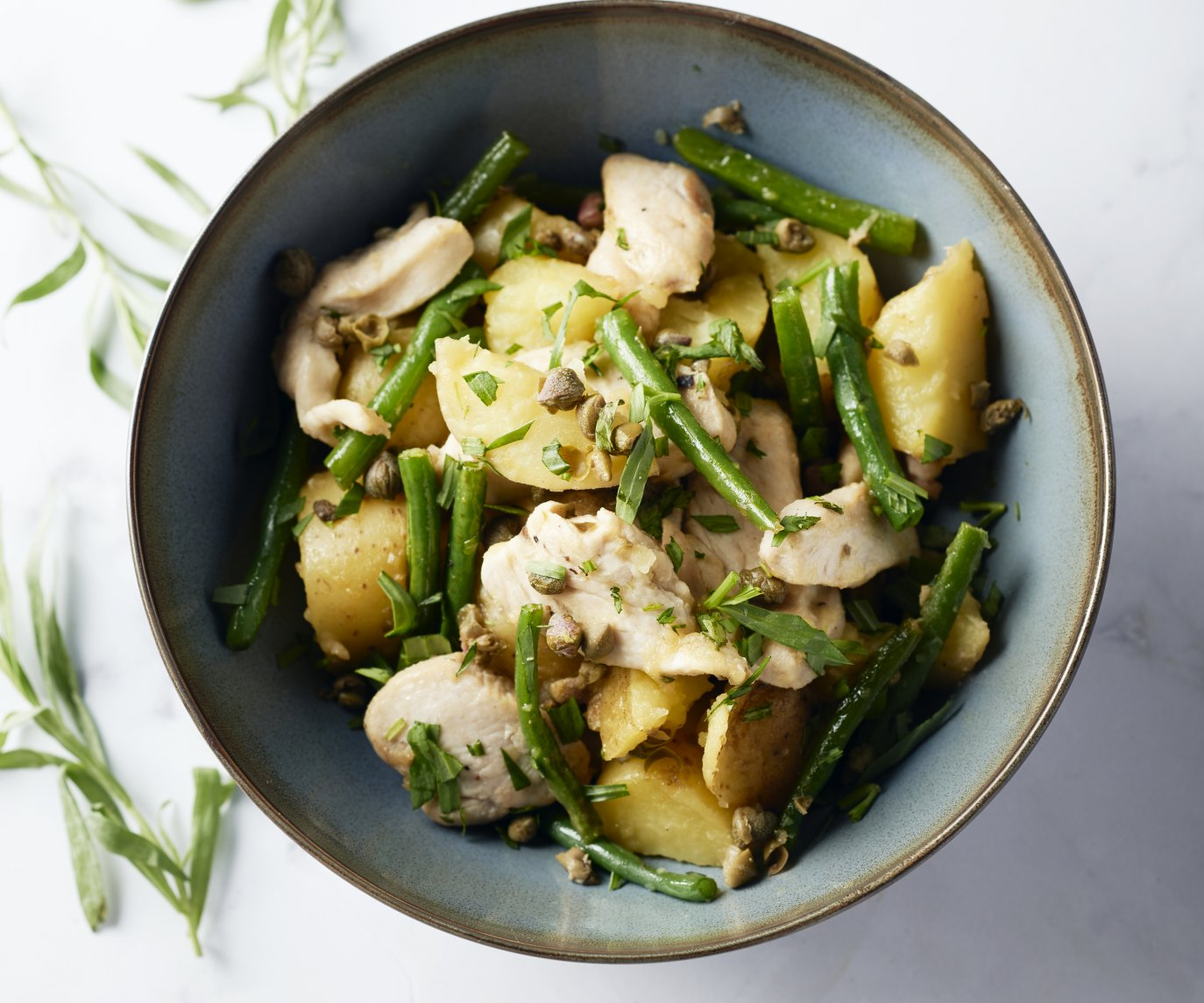 Aardappelsalade met kip, groene boontjes en pistachenoten