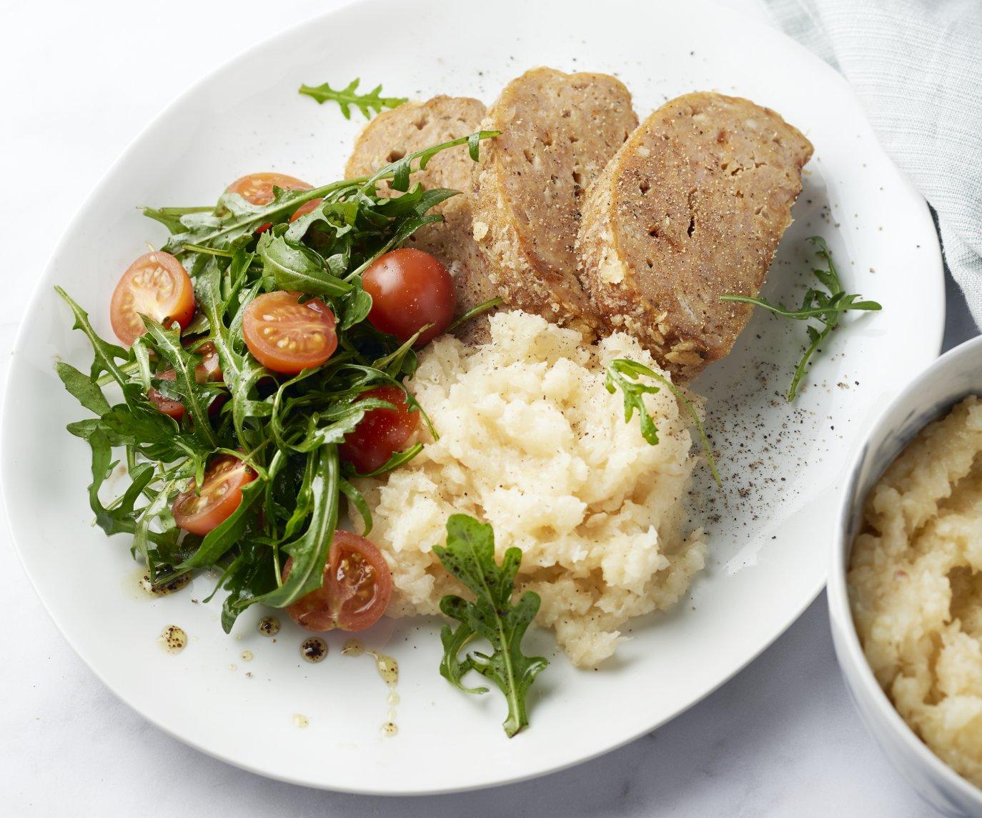 Krokant kippengehaktbroodje met knolselderpuree