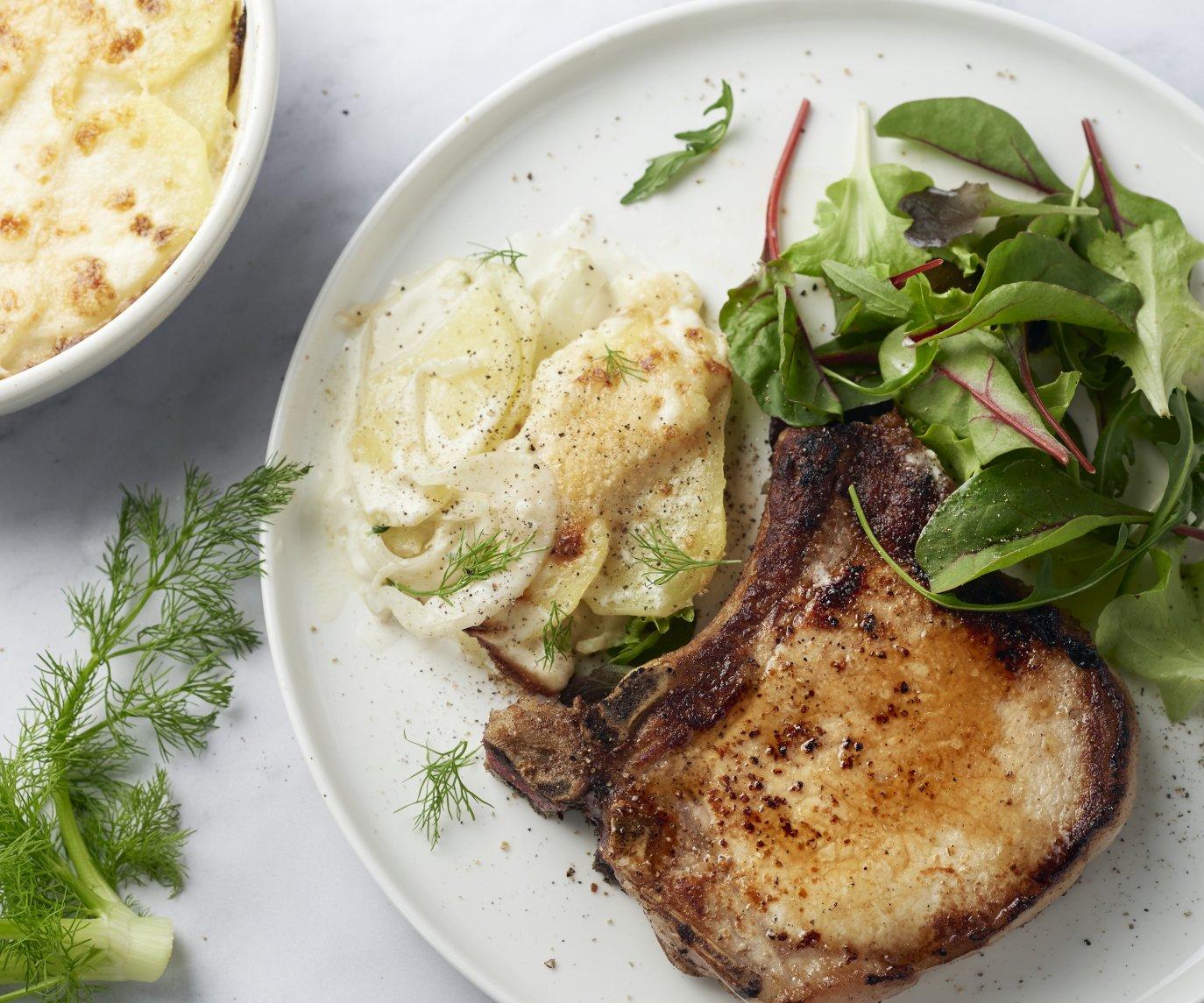 Varkenskoteletten met snelle venkel-aardappelgratin