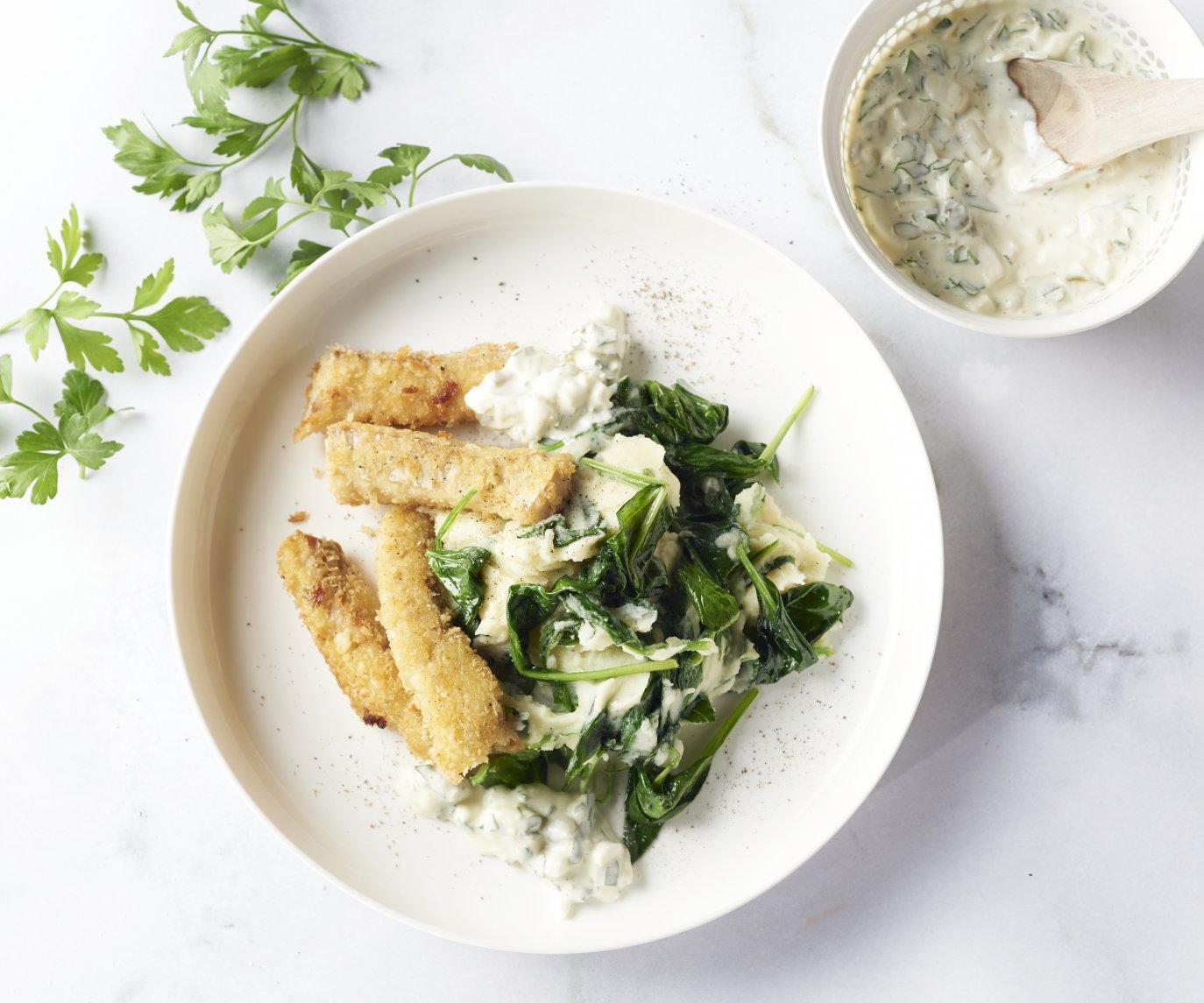 Zelfgemaakte fishsticks met spinaziepuree en tartaarsaus