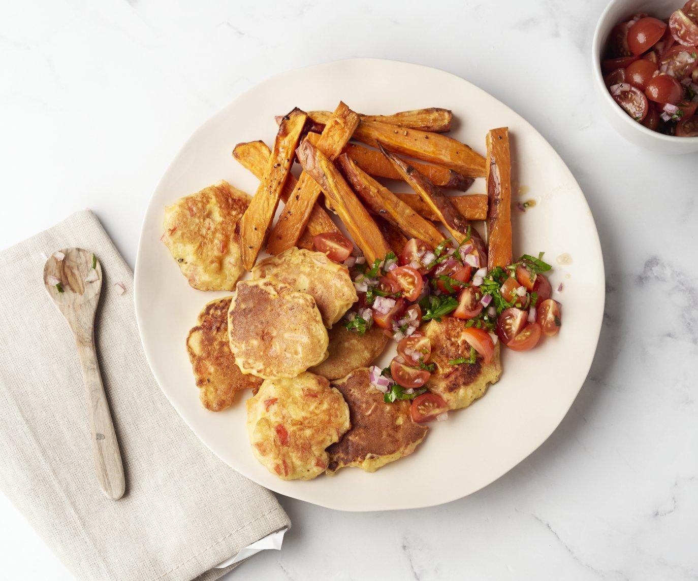 Maïspannenkoekjes met salsa en zoete aardappelwedges