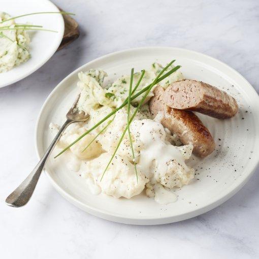Worst met bloemkool in witte saus en aardappelpuree met kruiden