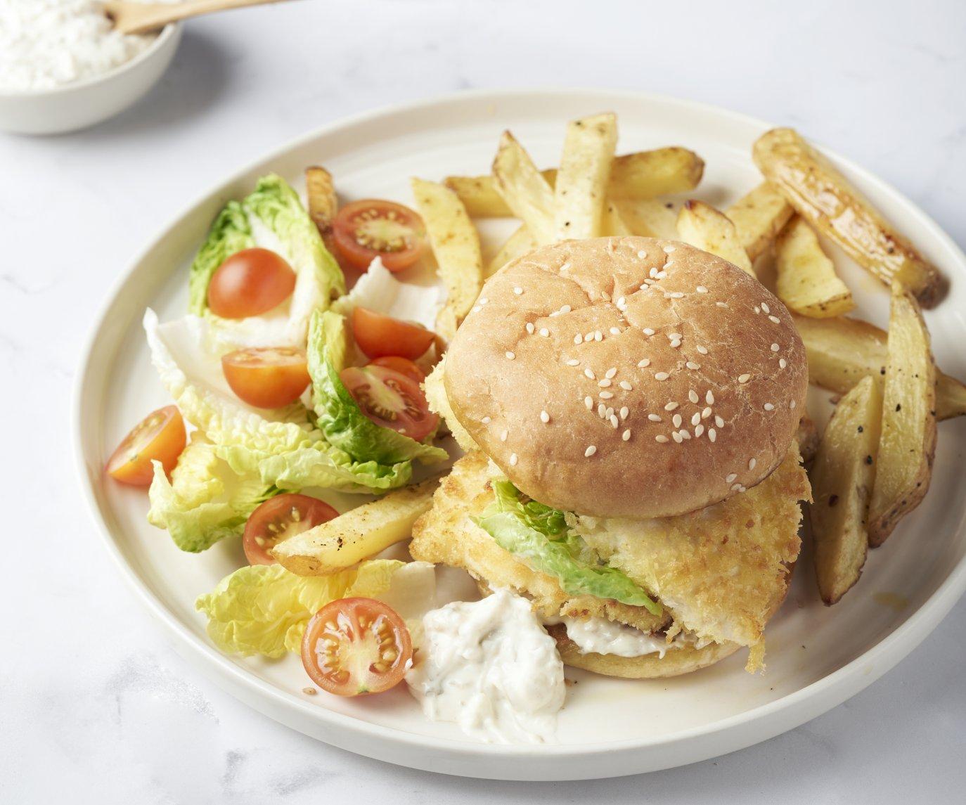 Crispy fishburger met kappertjesmayonaise en aardappelwedges