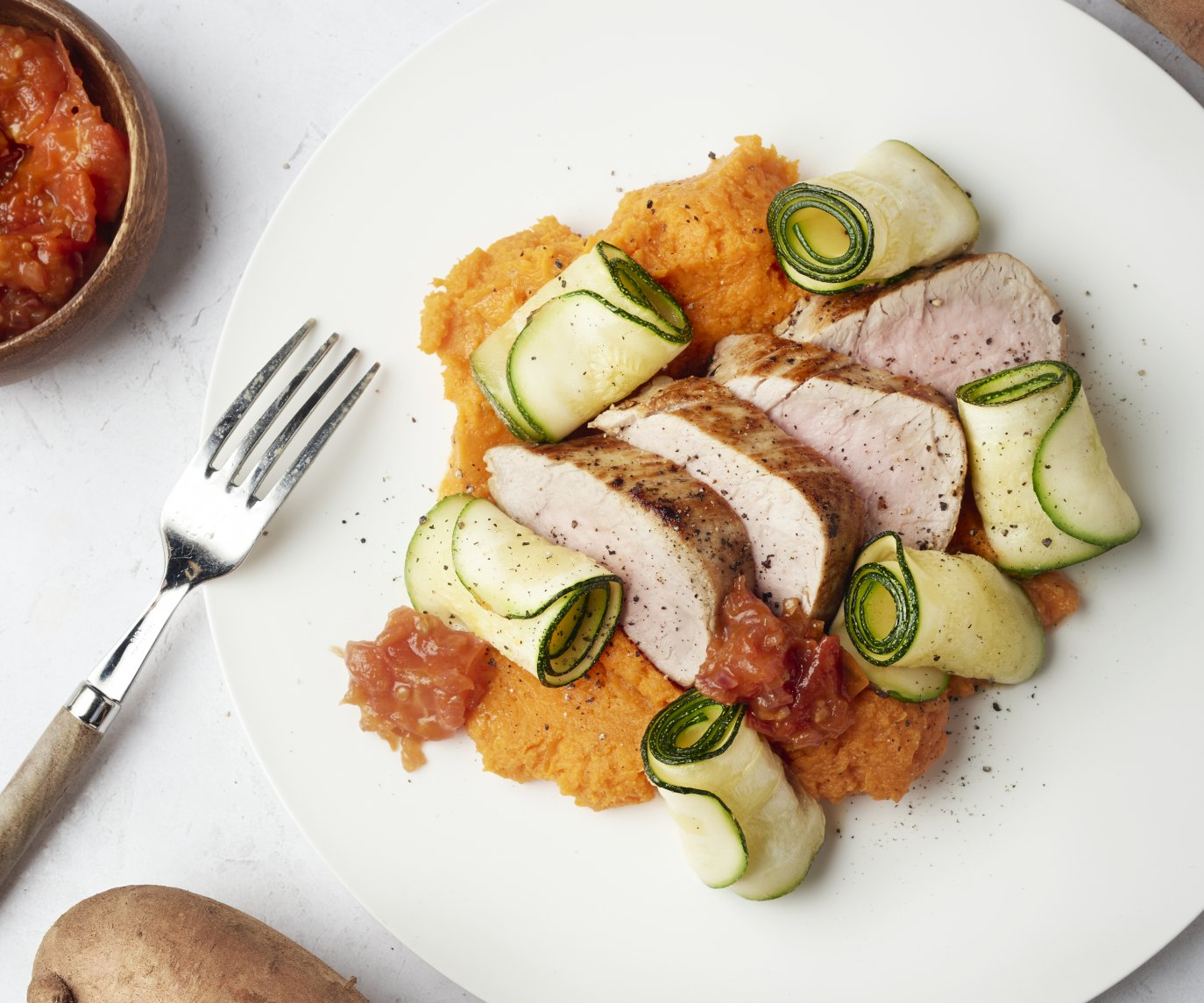 Varkenshaasje met zoete aardappelpuree, tomatenchutney en courgetterolletjes