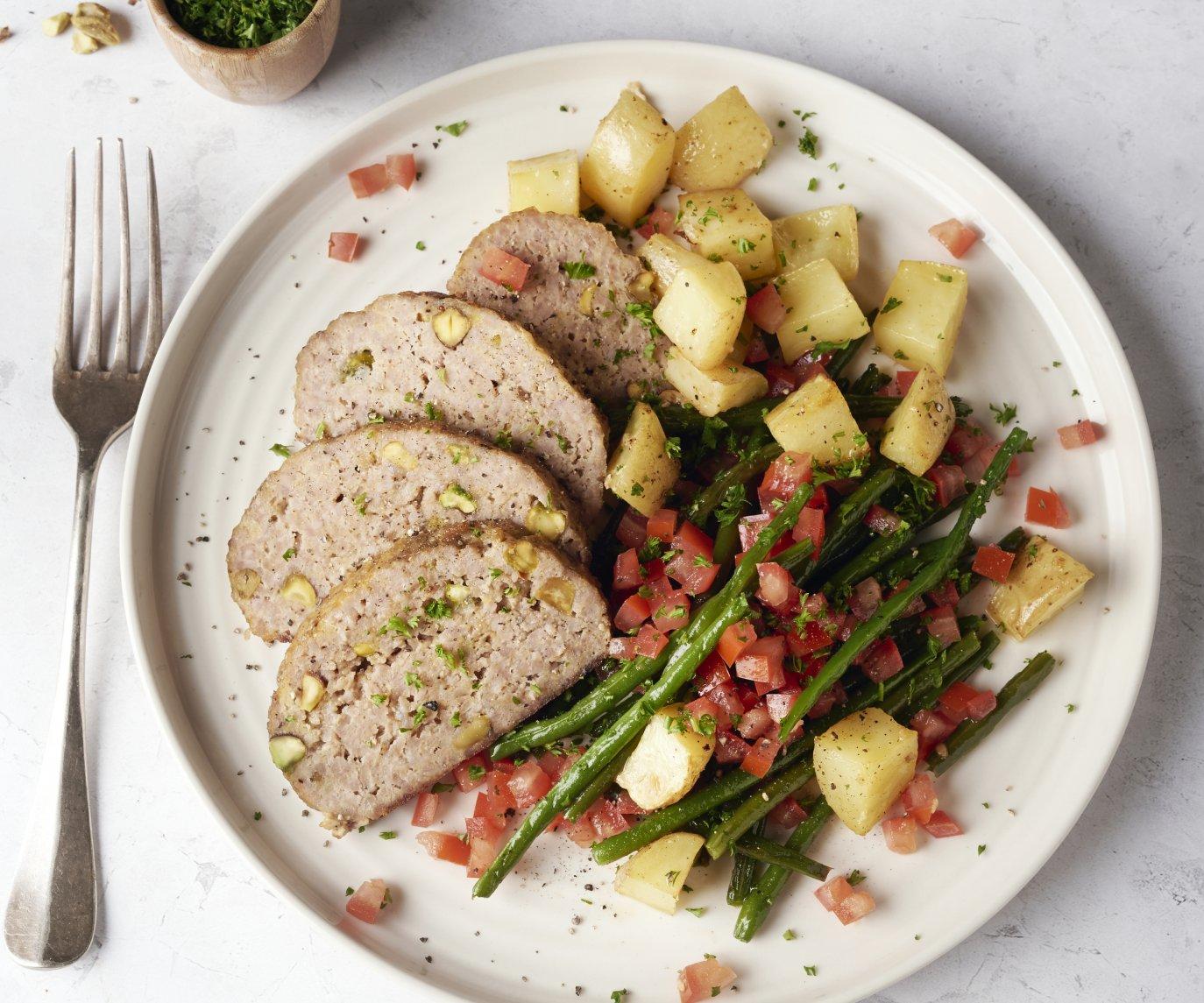 Gehaktbrood met pistachenootjes, geroosterde boontjes en aardappelen