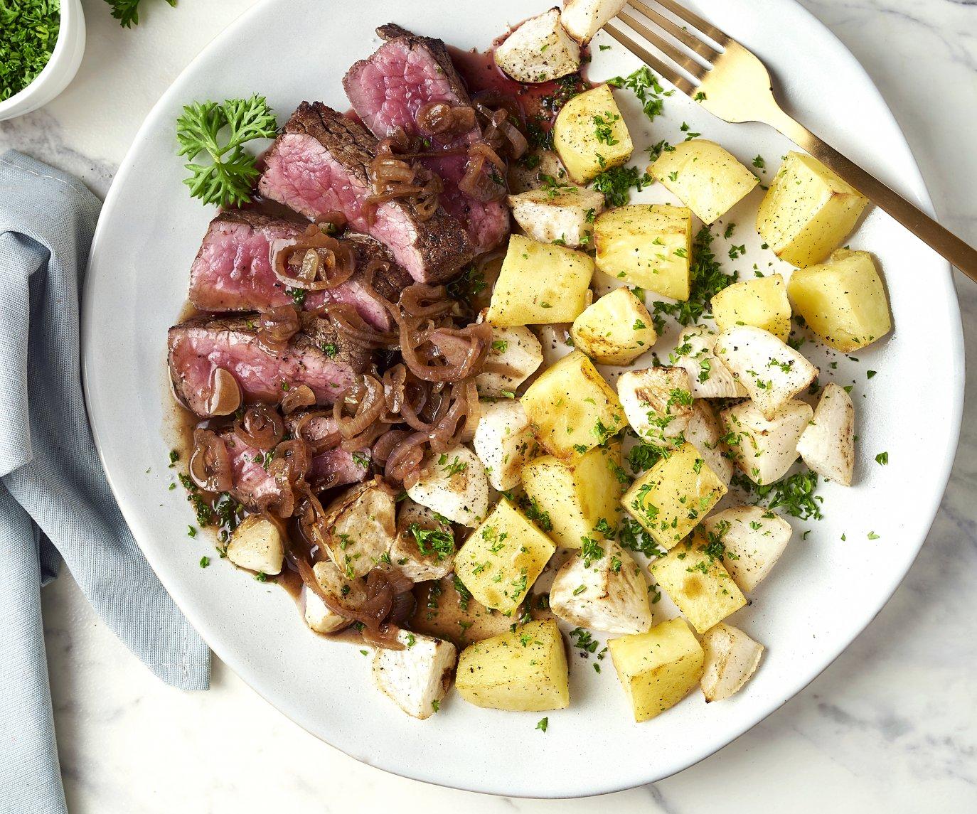 Steak met geroosterde raapjes en balsamicosaus