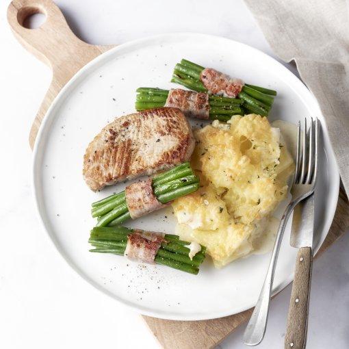 Varkenslapje met boontjes in spek en snelle aardappelgratin