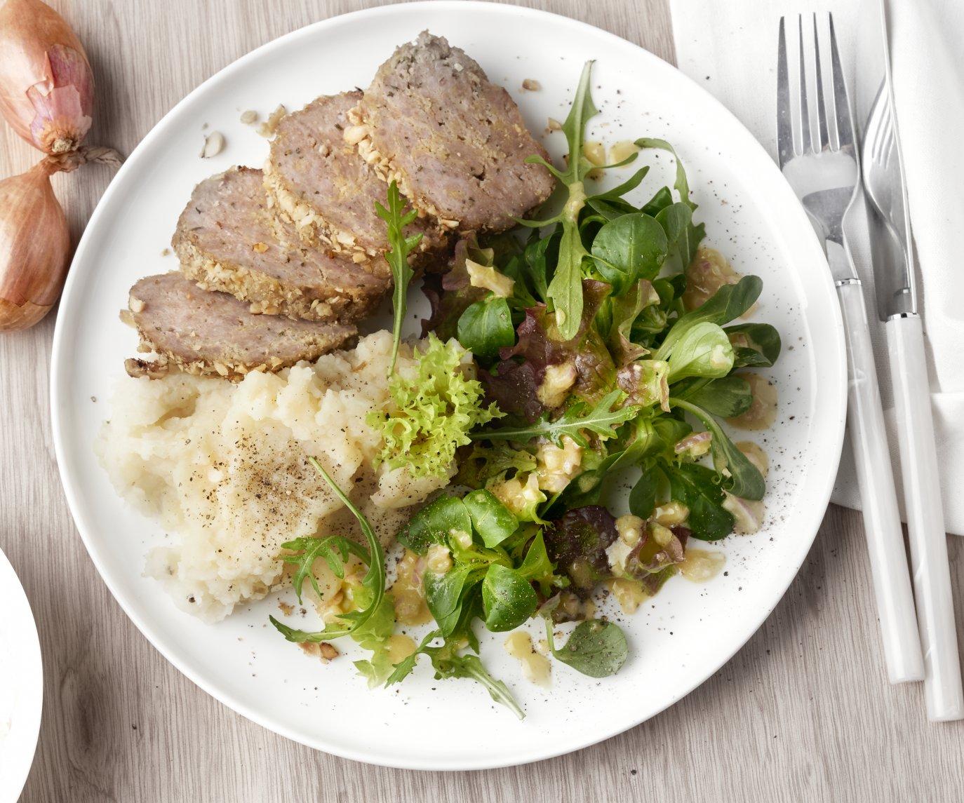 Gehaktbrood in hazelnotenjasje met knolselderpuree en een slaatje