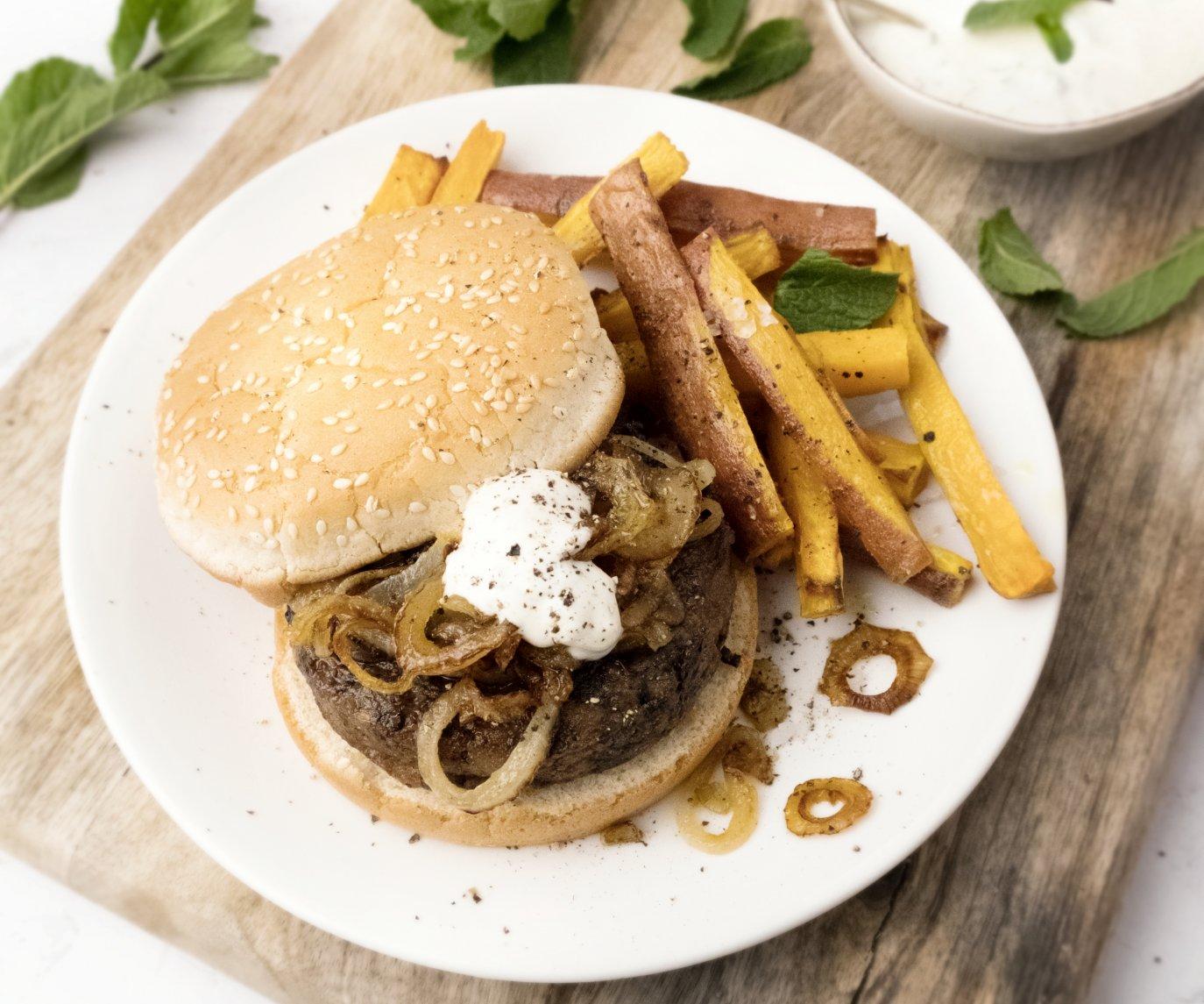 Veggie champignonburger met zoete aardappelfrietjes