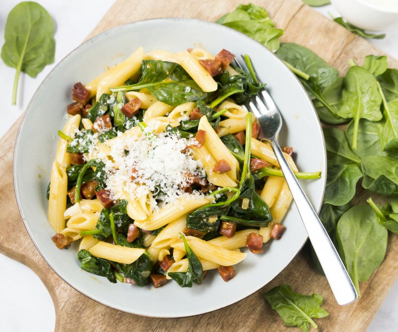 Pasta carbonara met chorizo en spinazie