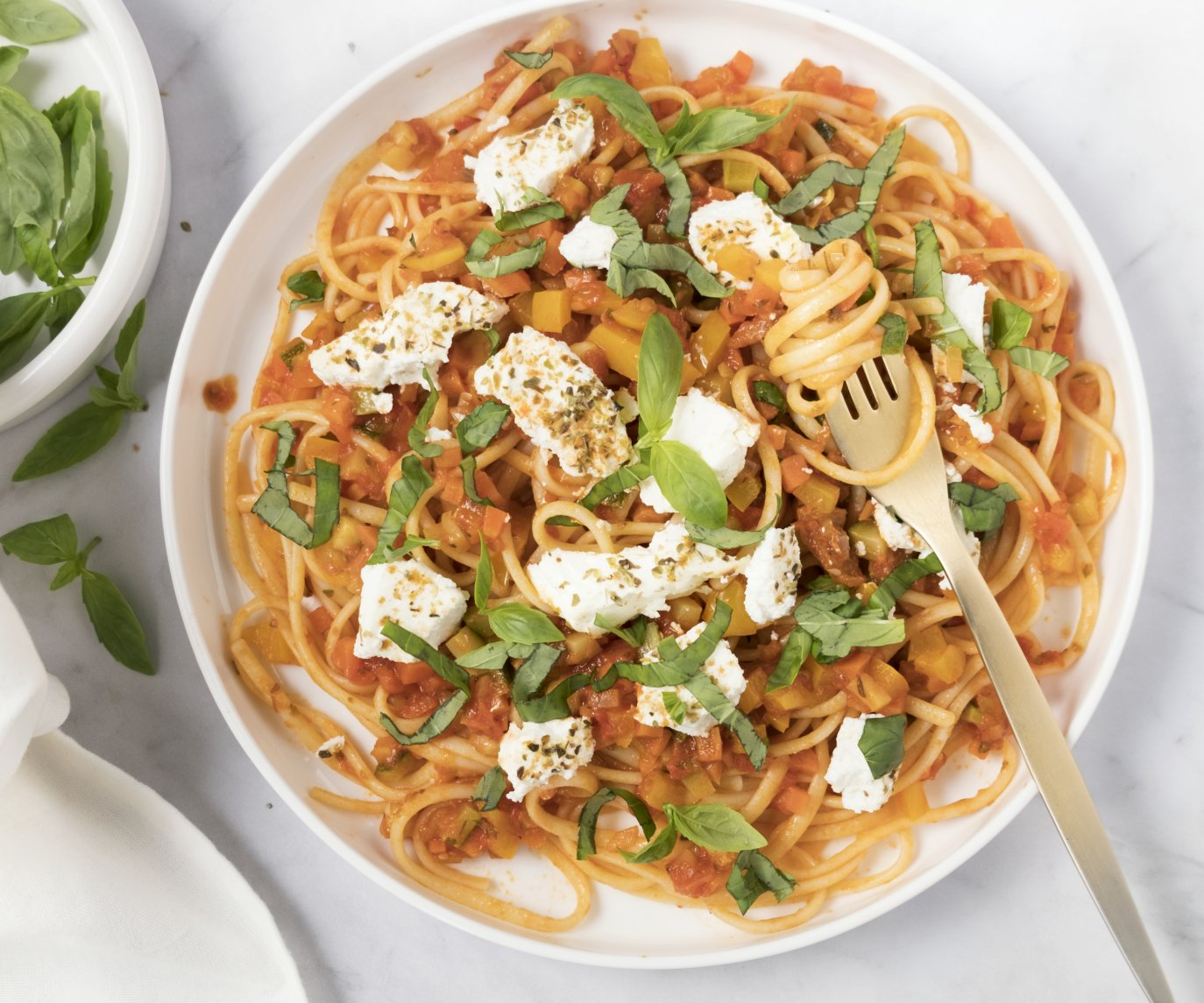 Linguine met tomaten-groentensaus en gebakken ricotta