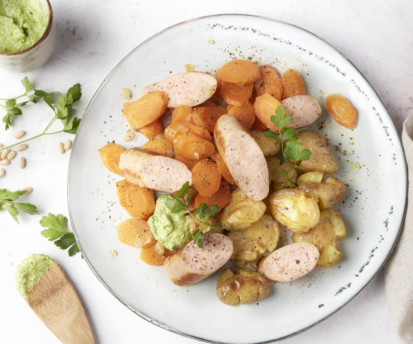 Kalkoenworst met wortelschijfjes, geplette aardappelen en peterselie-citroenpesto