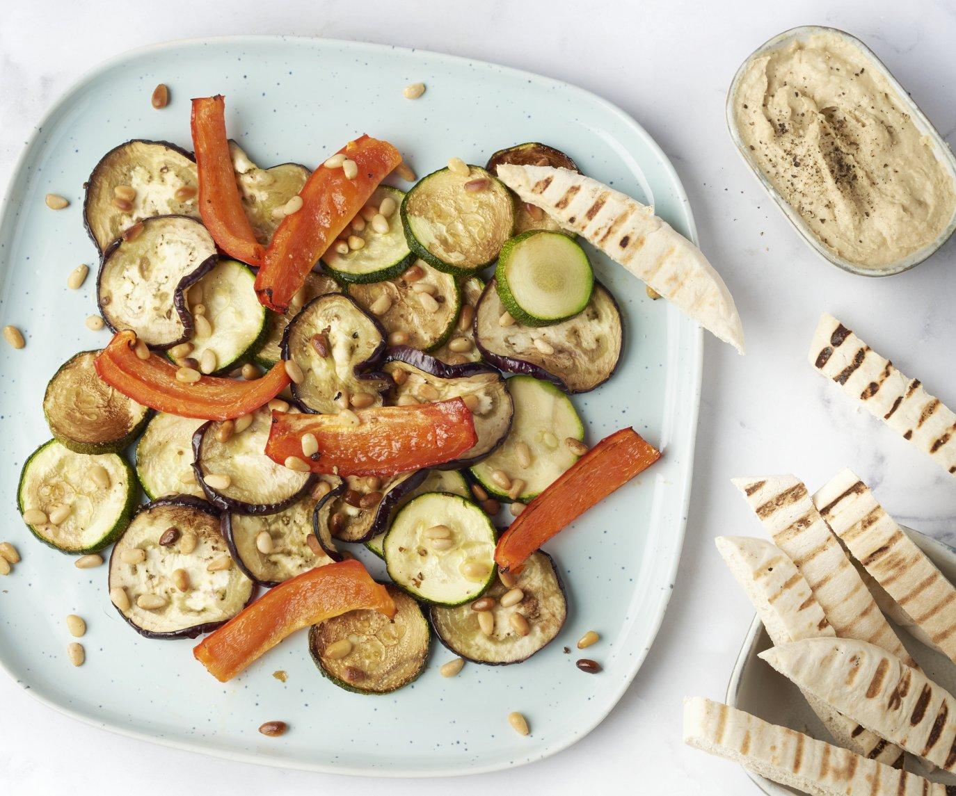 Ovengeroosterde groenten met hummus en pitakrokantjes