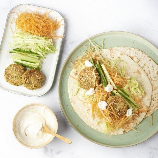 Wraps met falafelkoekjes, knapperige salade en tahinsaus