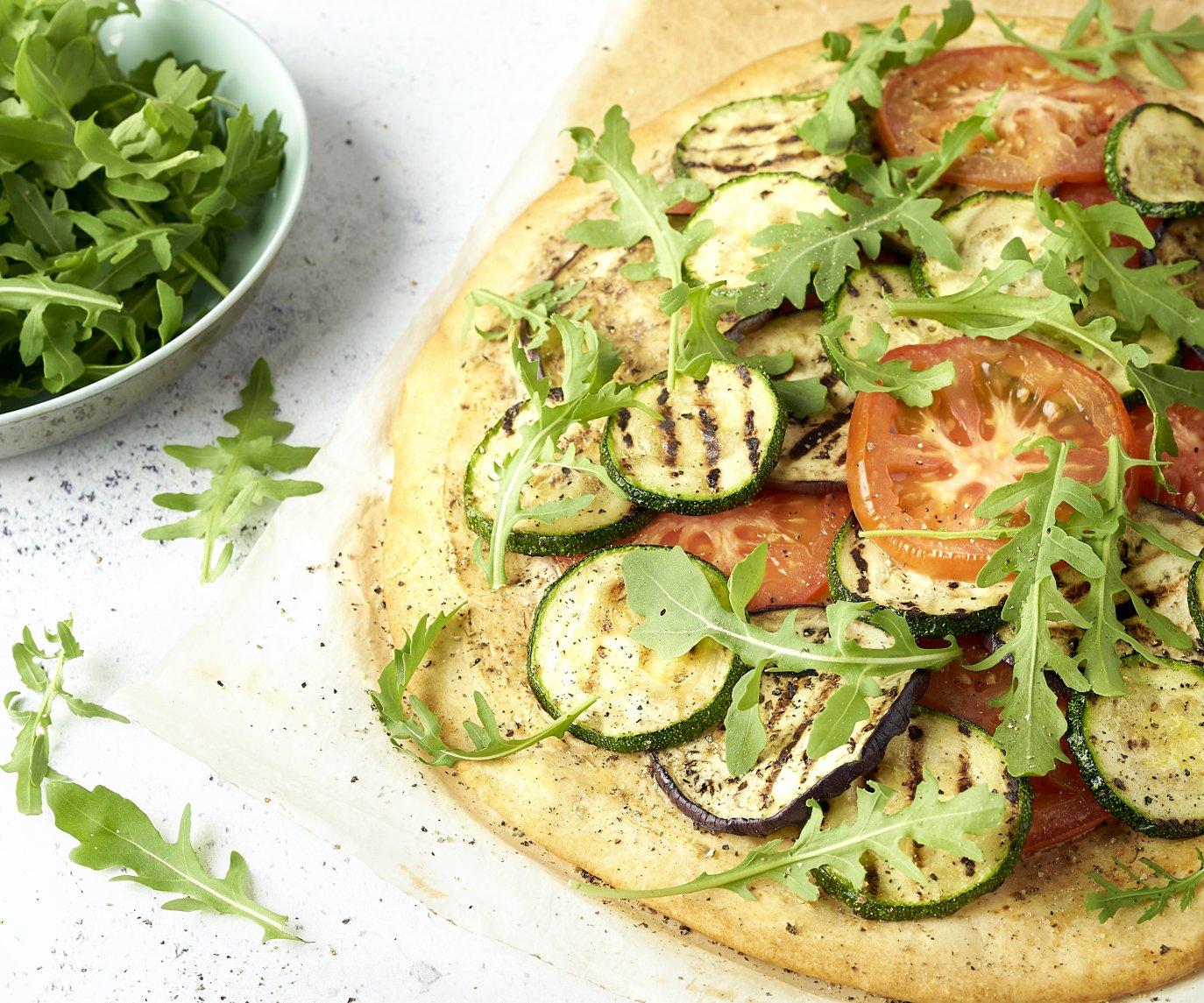 Pizza met kruidige ricotta en gegrilde groenten