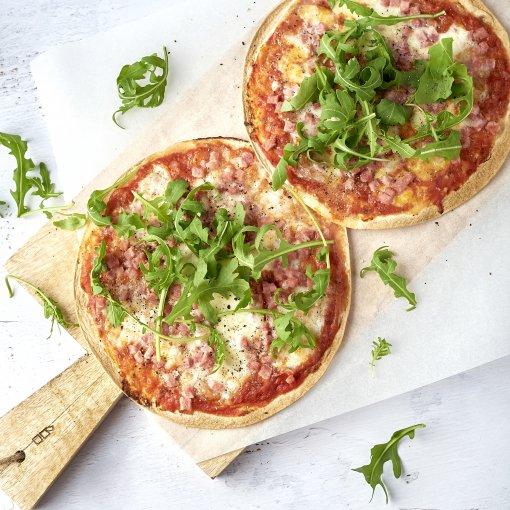Tortizza met tomaat, mozzarella en ham