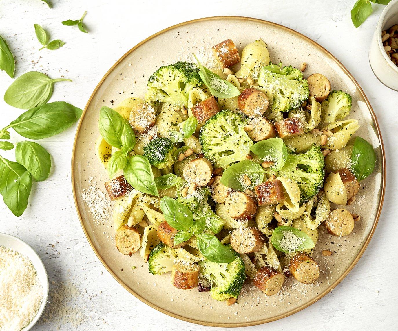 Conchiglie met pesto, broccoli en kalkoenworst