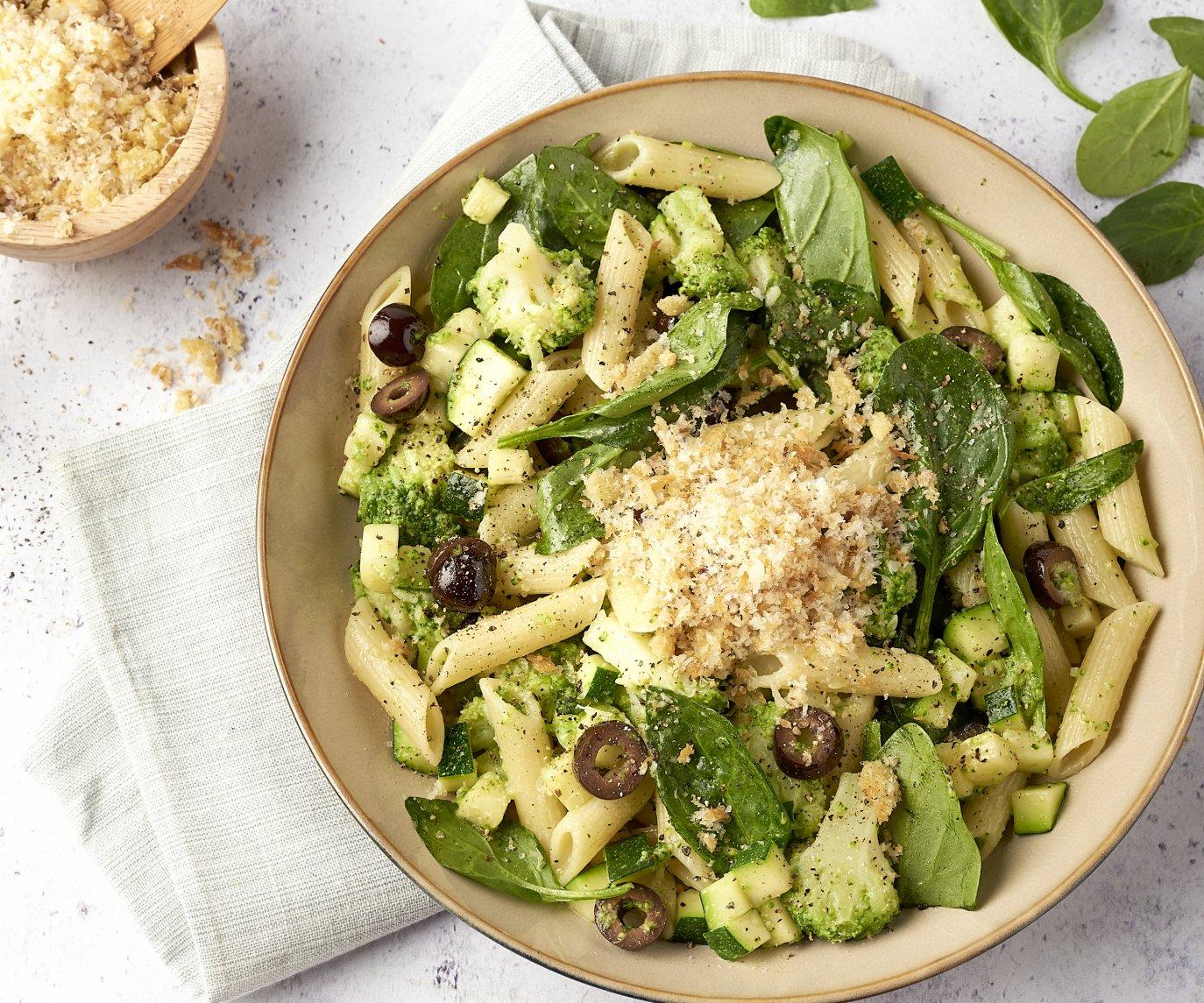 Pasta 'verde' met broccoli, courgette, spinazie en knoflookcrunch