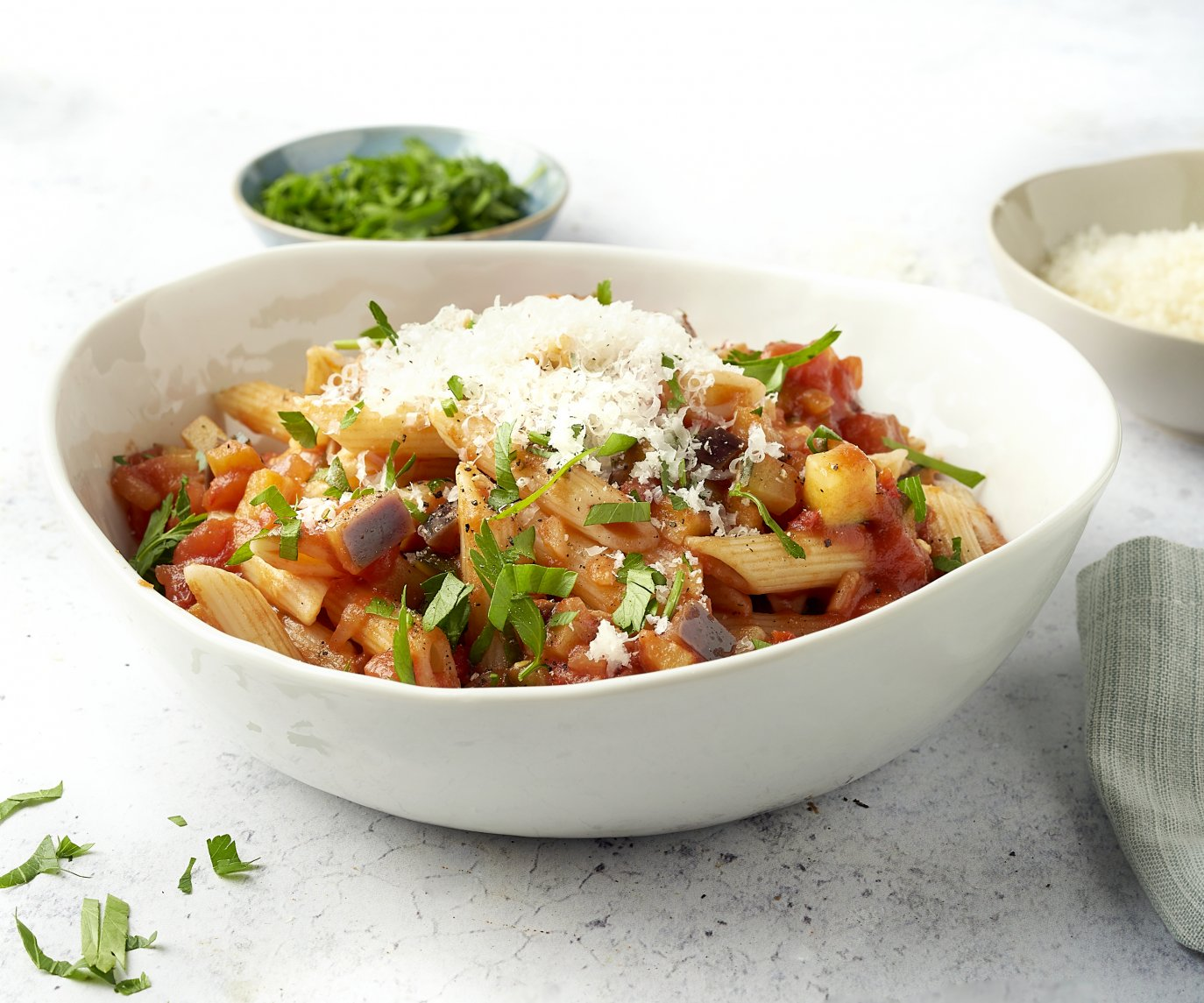 Penne all'arrabiata met aubergine en courgette