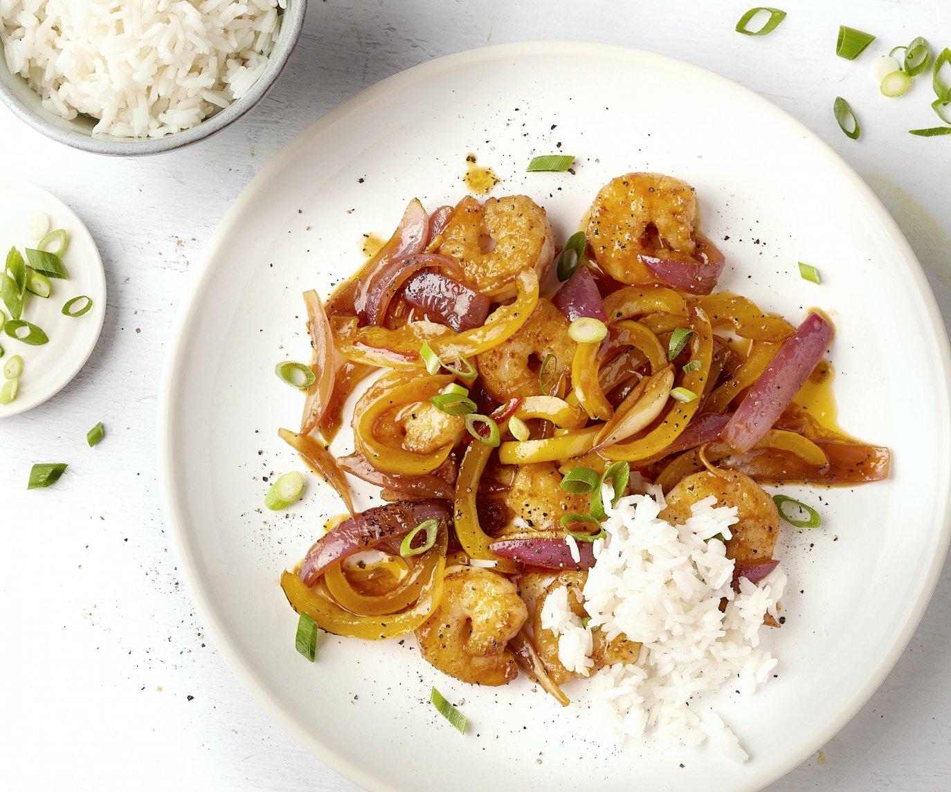 Gewokte scampi's met paprika en rijst