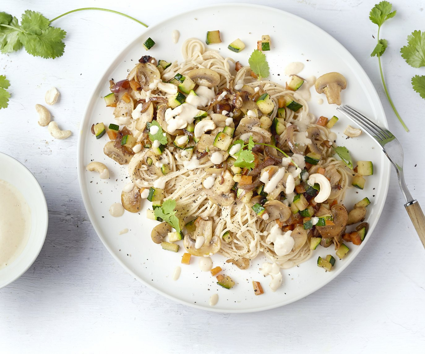 Noedels met groenten en romige cashewnotensaus