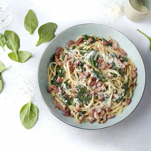 Linguine met spinazie in roomsaus en gebakken spekjes