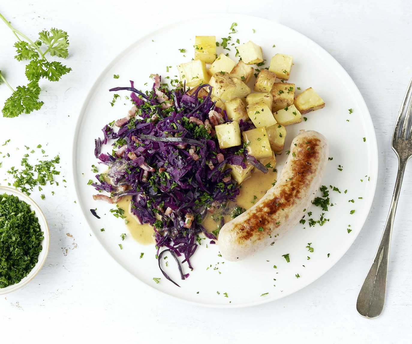 Witte pens met rodekool, spekjes en geroosterde aardappelen