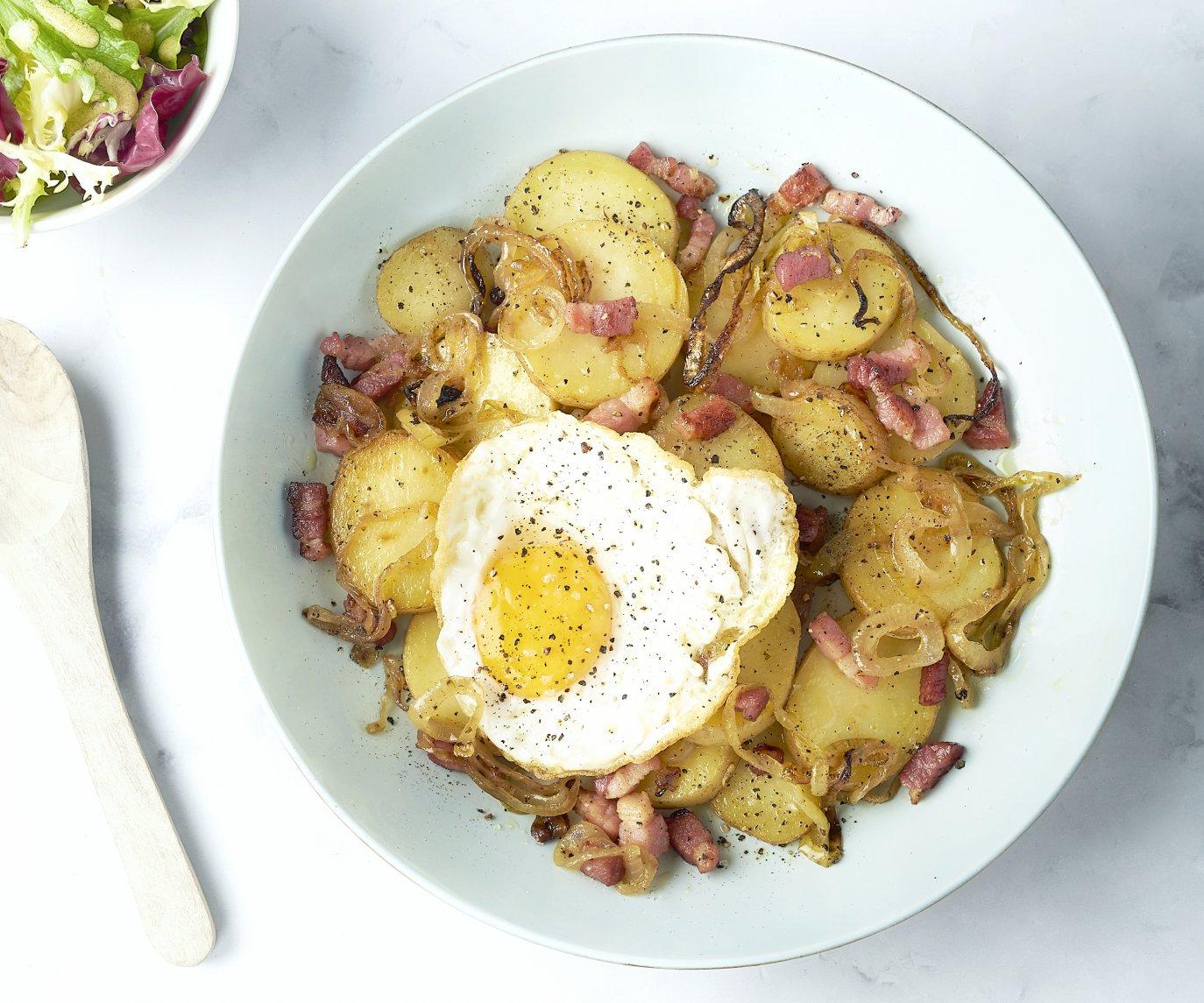 Spekpatatjes met een eitje en salade