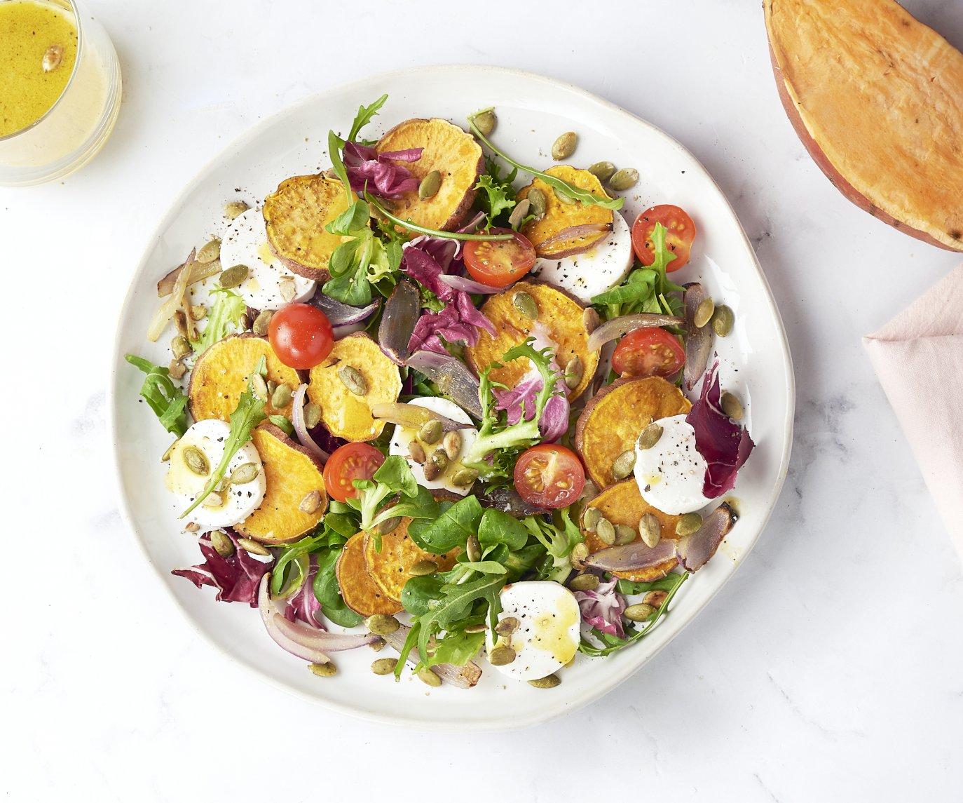 Geroosterde zoete aardappelsalade met geitenkaas en honing-mosterddressing