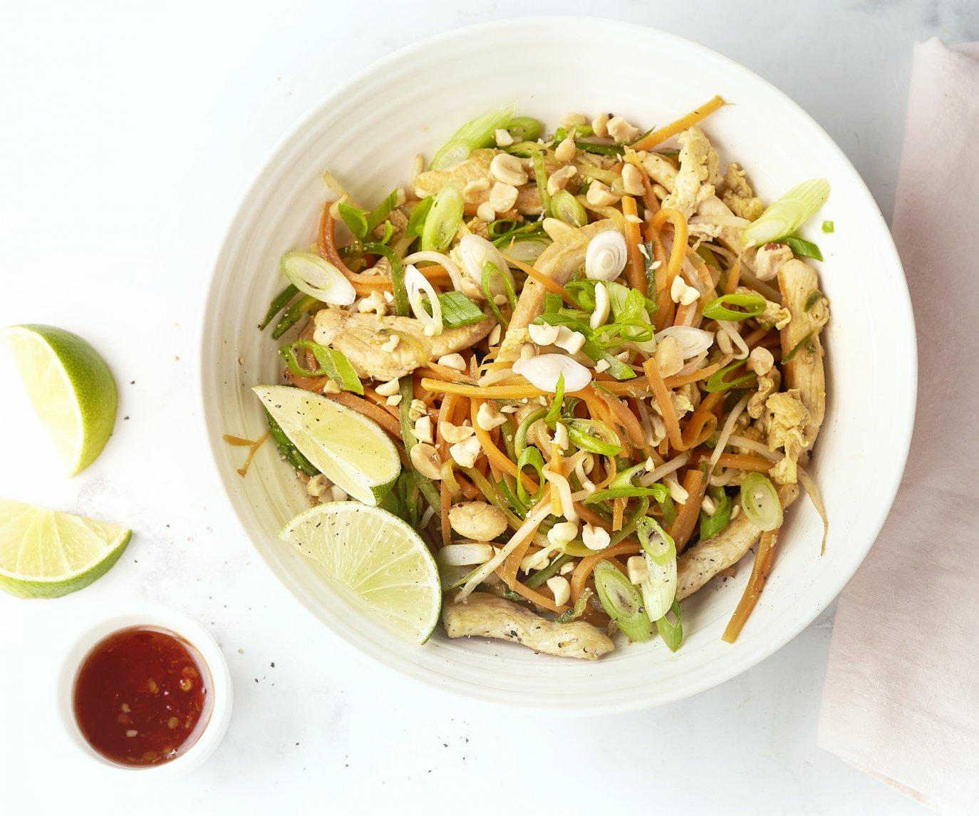 Pad thai van groentenoedels met kip