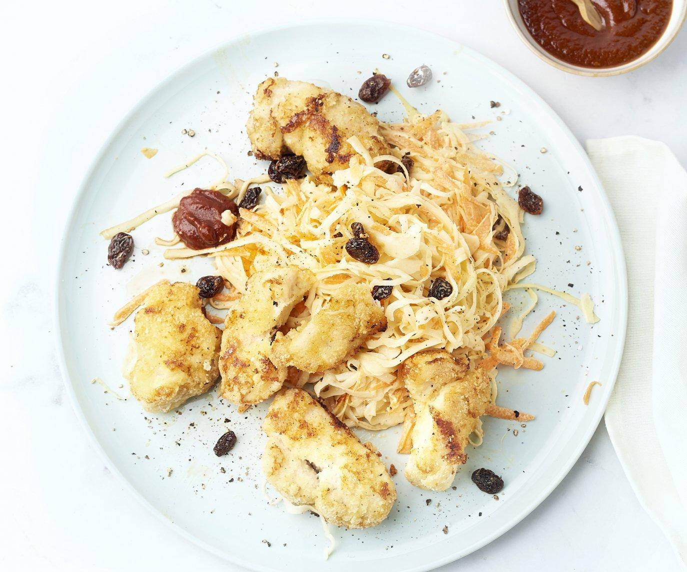 Lichte chicken nuggets met snelle barbecuesaus en coleslaw